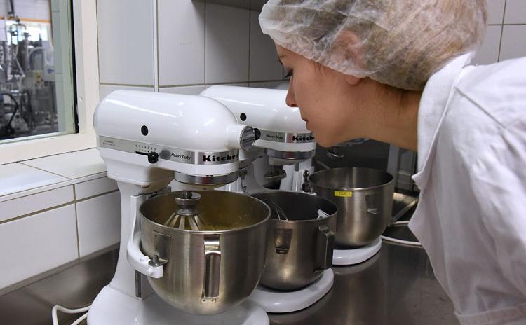 Une étudiante travaille au sein de la cuisine expérimentale